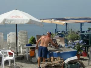 Sardinen werden in einem chiringuito an der costa tropical (Granada) gegrillt