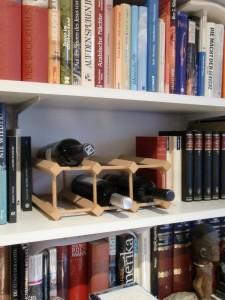 Für kurze Zeit griffbereit: Wein im Bücherregal
