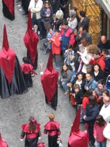 Karwoche in Granada. Prozession durch die Calle Mesones.